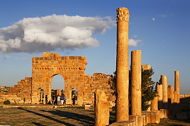 Columns of the Capitol and Arch of Antoninus Pius in the Forum, Roman ruins of Sbeitla, Tunisia, North Africa, Africa