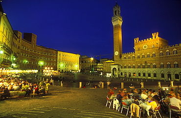 Torre del Mangia and Palazzo Pubblico at night, with people at cafe, Siena, UNESCO World Heritage Site, Tuscany, Italy, Europe