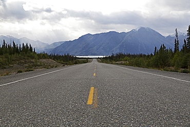 Highway with a view of the Saint Elias Mountain Range in Kluane National Park and Reserve, Yukon Territory, Canada, North America