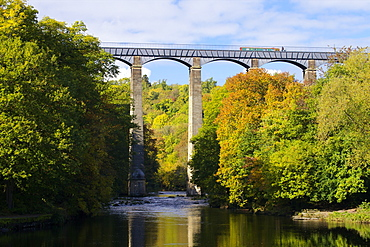 Narrowboat crossing the River Dee in autumn on the Pontcysyllte Aqueduct, built by Thomas Telford and William Jessop, UNESCO World Heritage Site, Froncysyllte, near Llangollen, Denbighshire, Wales, United Kingdom, Europe