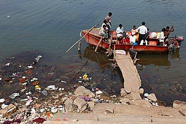 Motorboat used as a ferry, polluted riverbank, Kapila, Kabini, Kabbani River, Nanjangud, Karnataka, South India, India, South Asia, Asia