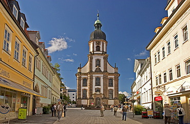 BRD Germany Thüringen Freestate Thüringen Suhl Centre for Hunting and Sporting Arms Landmark of the City the Memorial of the Armorer Pedestrian Zone at Steinweg with Baroque Crosschurch built in 1731 to 1739 as Hall Building People are Shopping Visitors