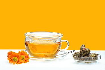 Jasmine tea and a bowl of dried jasmine blossoms