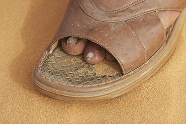Shoe is to big sandales sneakers