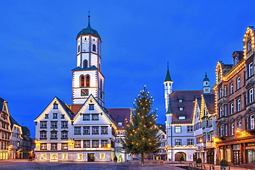 "Historic buildings, market square, St. Martin parish church, town hall, ""Des Esels Schatten"" sculpture, Christmas tree, dusk, Biberach an der Riss, Baden-Wuerttemberg, Germany, Europe"