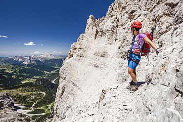 Mountaineer descending from southern Fanes peak, Via Ferrata Veronesi, Sella behind, Dolomites, South Tyrol, Alps, Italy, Europe