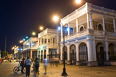 Evening at the main square Parque Central, old town of Granada, Nicaragua, Central America