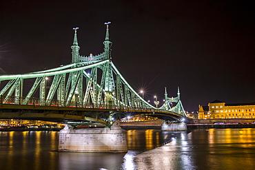 Oldest bridge at night, Chain Bridge connecting Buda and Pest, Budapest, Hungary, Europe