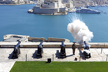 Saluting Battery, cannon shot at 12 noon, cannon salute, view of Fort Saint Angelo, Valletta, Malta, Europe