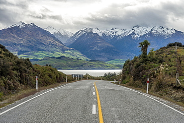 Highway, cloud-shrouded mountains, Lake Wanaka, The Neck, Otago, Southland, New Zealand, Oceania