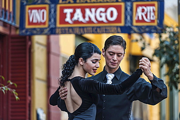 Street dancers, couple dancing tango, La Boca, Buenos Aires, Argentina, South America