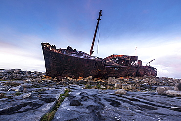 Shipwreck Plassy, ??stranded on the Finnish coast in 1960, Inis Oirr, Aran Islands, Ireland, Europe