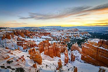 Sunrise, snow-covered bizarre rocky landscape with Hoodoos in winter, Sunset Point, Bryce Canyon National Park, Utah, USA, North America