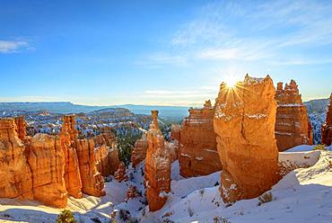 Rock formation Thors Hammer, morning light, snow-covered bizarre rock landscape with Hoodoos in winter, Navajo Loop Trail, Bryce Canyon National Park, Utah, USA, North America