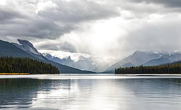 Maligne Lake, behind mountain range Queen Elizabeth Ranges, cloudy sky, Jasper National Park, Rocky Mountains, Alberta, Canada, North America