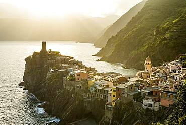 Village view, village with colorful houses along the coast in the evening light, Vernazza, Cinque Terre, Riviera di Levante, province La Spezia, Liguria, Italy, Europe