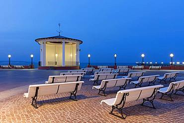 Pavilion at the spa resort at dusk, beach promenade, Binz, Baltic seaside resort, Ruegen Island, Mecklenburg-Western Pomerania, Germany, Europe