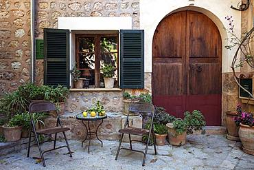 Small courtyard with table and chairs, Fornalutx, Sierre de Tramuntana, Majorca, Balearic Islands, Spain, Europe