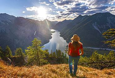Female hker with a sun hat looking into the distance, Lake Plansee, Ammergauer Alps, Reutte district, Tyrol, Austria, Europe