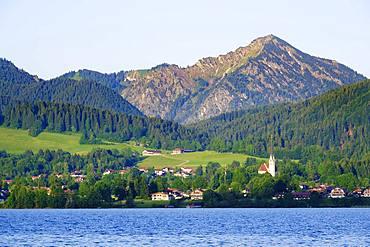 Bad Wiessee with church Mariae Himmelfahrt, Lake Tegernsee, behind Fockenstein, aerial view, Upper Bavaria, Bavaria, Germany, Europe