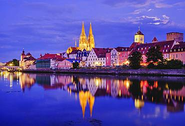 Danube and old town with cathedral at dusk, Regensburg, water reflection, Upper Palatinate, Bavaria, Germany, Europe