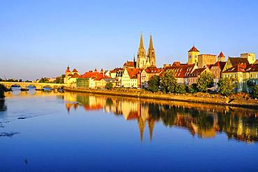 Stone bridge over the Danube and old town with cathedral, Regensburg, water reflection, Upper Palatinate, Bavaria, Germany, Europe