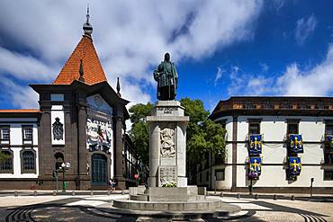Statue of the navigator and explorer Joao Goncalves Zarco, left Bonco de Portugal, Funchal, Island Madeira, Portugal, Europe
