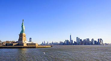 Statue of Liberty in front of Manhattan skyline, Statue of Liberty National Monument, Liberty Island, New York City, New York State, USA, North America