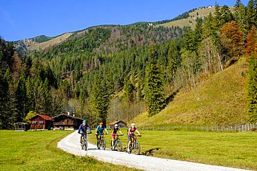 Cyclists, mountain bikers at the Kloo Aschauer Diensthuette, Kloo-Ascher Valley, near Bayrischzell, Upper Bavaria, Bavaria, Germany, Europe