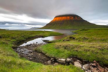 Mount Kirkjufell, Sun breaks through clouds on mountain, Grundarfjoerdur, Snaefellsnes Peninsula, Snaefellsnes, Vesturland, Iceland, Europe
