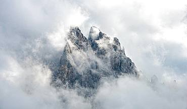 Cloud-covered rocky peaks, mountain peaks of the Geisler group, Villnoesstal, Dolomites, South Tyrol, Italy, Europe