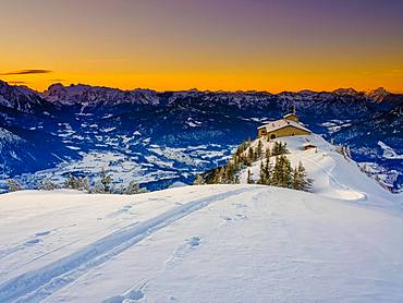 Eagle's Nest at dusk, lonely ski track on the Eagle's Nest, winter landscape, Berchtesgaden National Park, Berchtesgaden Alps, Schoenau am Koenigssee, Berchtesgadener Land, Upper Bavaria, Bavaria, Germany, Europe