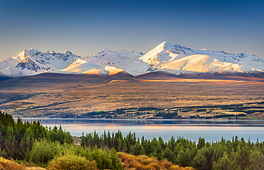 Lake Pukaki in front of snowy mountain range, Mount Cook Road Area, Tekapo, Twizel, Canterbury, New Zealand, Oceania