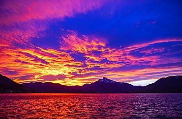 Dawn, sunrise in foehn weather at Mondsee, behind it Schafberg, Mondsee, Salzkammergut, Upper Austria, Austria, Europe