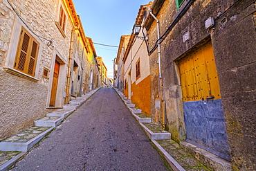 Steep narrow street in old town, Montuiri, Pla de Majorca region, Majorca, Balearic Islands, Spain, Europe