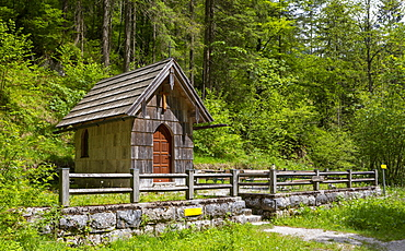 Koppental hiking trail from Obertraun to Bad Aussee, river Koppentraun, chapel in memory of the railway construction, Salzkammergut, Upper Austria, Austria, Europe