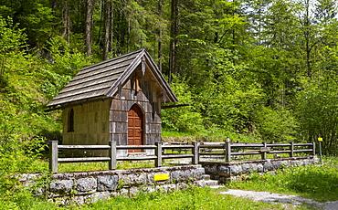 Koppental hiking trail from Obertraun to Bad Aussee, river Koppentraun, chapel in memory of the railway construction, Salzkammergut, Upper Austria, Austria, Europe