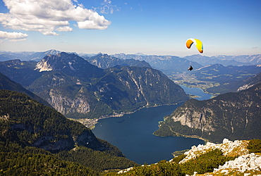 Paragliding on the Krippenstein with Hallstaettersee, Hallstatt, Salzkammergut, Upper Austria, Austria, Europe