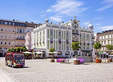 Stroll at the Rathauspatz, town hall with ceramic carillon, Gmunden, Salzkammergut, Upper Austria, Austria, Europe