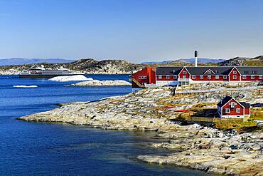 Colourful houses with view into Disko Bay to the cruise ship Ponant, Ilulissat, West Greenland, Greenland, North America
