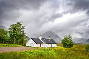 Black Rock Cottage, behind the Buachaille Etive Mor, Glen Coe, Rannoch Moor, West Highlands, Scotland, Great Britain