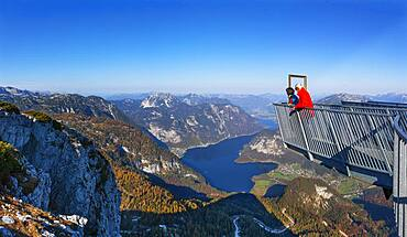Five Fingers viewpoint with a view of Hallstaettersee, Dachstein massif, Krippenstein, Obertraun, Salzkammergut, Upper Austria, Austria, Europe