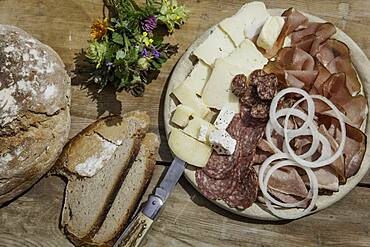 Brettljause with bacon, sheep salami, chimney root, cheese, onion rings and farmhouse bread, Rauris, Pinzgau, Salzburger Land, Austria, Europe