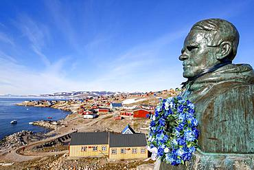 Ittoqqortoormiit, Scorebysund, statue of Ejnar Mikkelsen, east coast of Greenland, Denmark, Europe