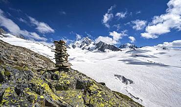 Cairns on the hiking trail, Glacier du Tour, glacier and mountain peaks, high alpine landscape, left Aiguille du Chardonnet, Chamonix, Haute-Savoie, France, Europe