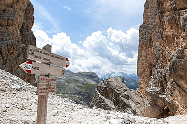 Hiking trail between rock faces, hiking sign on the Dolomites High Altitude Trail 1, Fanes, Lagazuoi, Forcela di Lech (2486 m), Dolomites, South Tyrol, Alto Adige, Trentino-Alto Adige, Italy, Europe