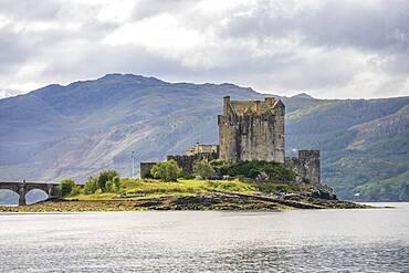 Eilean Donan Castle bei Dornie, Western Ross, Loch Duich, West Highlands, schottisches Hochland, Schottland, Grossbritannien