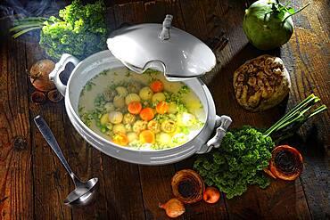 Swabian stew, Gaisburger Marsch, vegan, in soup tureen on wooden plate
