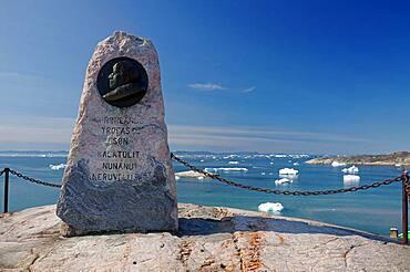 Monument to Knud Rasmussen, stone, bay with icebergs, Ilulissat, Disko Bay, Greenland, Denmark, North America