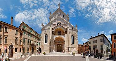 Cathedral Square with Cattedrale Santa Maria Matricolare, Piazza Duomo, Verona, Veneto, Italy, Europe
